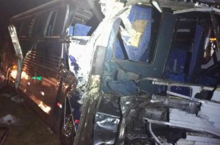 Dois ônibus e uma carreta se envolvem em acidente na BR-369