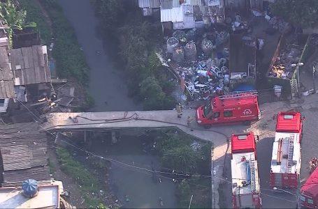 Mãe e filho são resgatados de casa que desabou em Curicica, Zona Oeste do Rio
