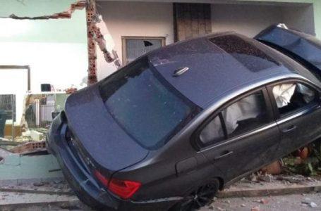 Carro de Luxo invade casa em Arapongas