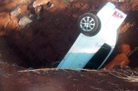 Carro cai em buraco que foi aberto para impedir o desvio do pedágio de Arapongas