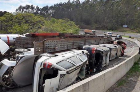 Caminhão cegonha que transportava carros de leilão tomba na BR-376