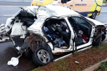 Acidente entre carro e caminhão na PR-444 em Mandaguari