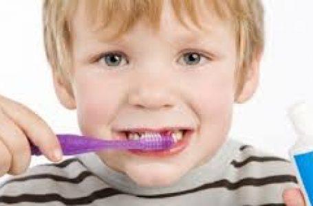 Menina cai com escova de dente na boca e perfura a garganta