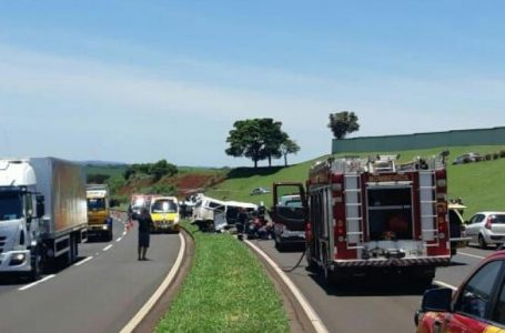 Colisão frontal entre dois veículos causa a morte de uma pessoa e deixa outras vitimas em estado grave