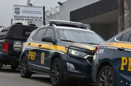 Após troca de tiros, PRF liberta caminhoneiro refém e prende ladrão de carga