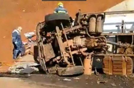 Caminhão da coleta de lixo de Apucarana se envolve em acidente