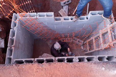 Deficiente visual cai em buraco de obra no Centro de Londrina