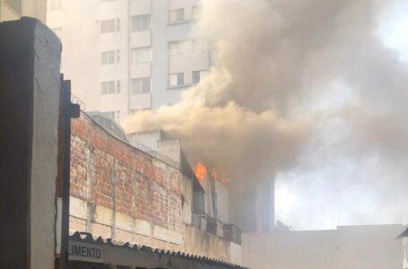 Restaurante pega fogo e prédio é evacuado no Centro de Londrina