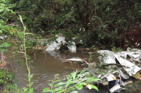 Casal e duas filhas morrem após avião cair dentro de rio em área rural no Paraná