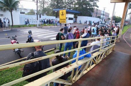 Em Arapongas, funcionários da Prodasa fazem greve em frente a empresa