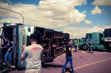 Acidente entre Caminhão e um ônibus com funcionários na BR-369 em Cambé