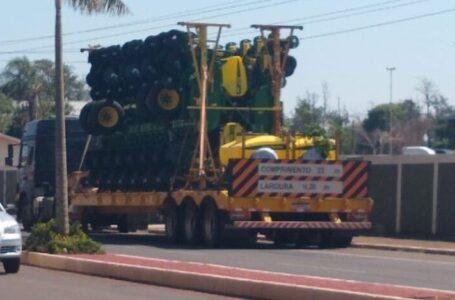 Caminhão transportando maquinário enrosca em cabo e derruba fiação