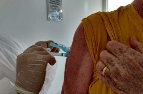 Covid-19: Arapongas começou hoje vacinação para idosos de 83 e 84 anos