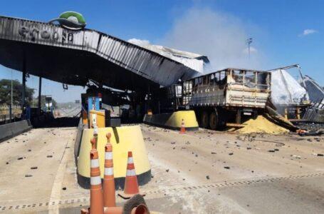 Em Goias, acidente deixa 4 mortos, incendeia pedágio e interdita via