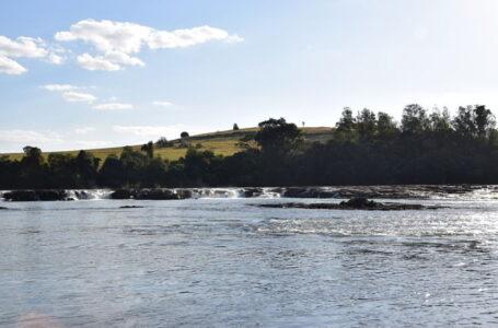 Barco com nove pessoas a bordo vira no rio Ivaí, Casal e criança são resgatados