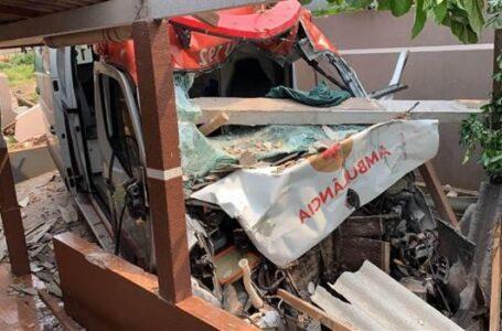 Ambulância do Samu de Arapongas invade casa após motorista ser vítima de assalto