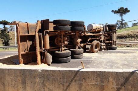 Carreta tomba na BR 376 entre Califórnia e Marilândia e interdita a pista