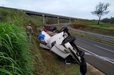 Carreta tomba no contorno sul em Apucarana e motorista fica ferido